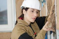 Ο επιθεωρητής κατασκευής εξετάζει styrofoam την πρόσοψη σπιτιών μόνωσης Στοκ φωτογραφία με δικαίωμα ελεύθερης χρήσης