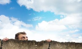 Ο επικεφαλής ενός ατόμου ανατρέχει ο ουρανός, κοιτάζει έξω από πίσω από έναν συγκεκριμένο φράκτη, ελεύθερου χώρου για το σχέδιο,  Στοκ φωτογραφίες με δικαίωμα ελεύθερης χρήσης