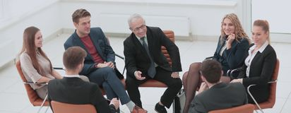 Ο επικεφαλής του νέου επιχειρησιακού προγράμματος πραγματοποιεί μια συνεδρίαση με το busine του Στοκ φωτογραφία με δικαίωμα ελεύθερης χρήσης