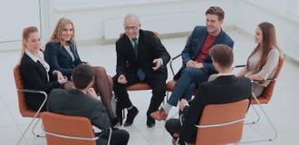 Ο επικεφαλής του νέου επιχειρησιακού προγράμματος πραγματοποιεί μια συνεδρίαση με το busine του Στοκ φωτογραφίες με δικαίωμα ελεύθερης χρήσης