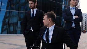 Ο επικός πυροβολισμός η αρσενική συνεδρίαση στην αναπηρική καρέκλα με τους συναδέλφους του φιλμ μικρού μήκους