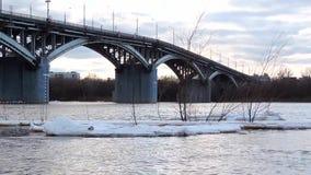 Ο επιπλέων πάγος πάγου επιπλέει στο νερό, τεμάχια του πάγου στον ποταμό την άνοιξη, κλίση πάγου φιλμ μικρού μήκους