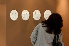 Ο επισκέπτης εξετάζει την παρουσίαση τέχνης Στοκ φωτογραφίες με δικαίωμα ελεύθερης χρήσης