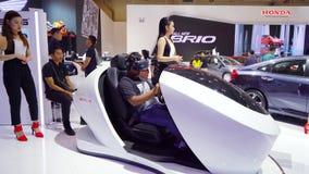 Ο επισκέπτης οδηγά τη μηχανή προοπτικής της Honda σε GIIAS φιλμ μικρού μήκους