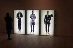 Ο επισκέπτης παίρνει τη φωτογραφία της εργασίας τέχνης σε μια στοά Στοκ Φωτογραφία