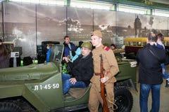 Ο επισκέπτης φωτογραφίζεται στο αυτοκίνητο Στοκ Εικόνες