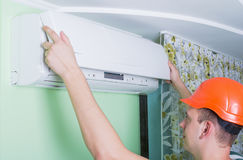 Ο επισκευαστής εγκαθιστά τον κλιματισμό Στοκ Εικόνες