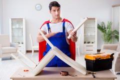 Ο επισκευαστής superhero με τα εργαλεία στην έννοια επισκευής Στοκ φωτογραφία με δικαίωμα ελεύθερης χρήσης