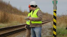 Ο επιστάτης δίνει τις οδηγίες στον εργαζόμενο φιλμ μικρού μήκους