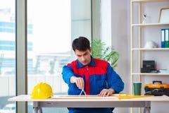 Ο επιστάτης που εξετάζει το σχέδιο κατασκευής Στοκ Φωτογραφία