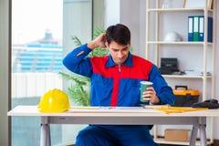 Ο επιστάτης που εξετάζει το σχέδιο κατασκευής Στοκ εικόνες με δικαίωμα ελεύθερης χρήσης