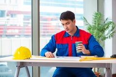 Ο επιστάτης που εξετάζει το σχέδιο κατασκευής Στοκ Εικόνα