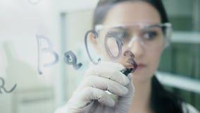 Ο επιστήμονας επισύρει την προσοχή τους χημικούς τύπους στο γυαλί απόθεμα βίντεο