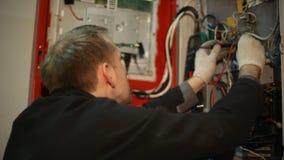 Ο επιστήμονας κάνει τις ηλεκτρικές μετρήσεις στο τηλεφωνικό κέντρο απόθεμα βίντεο