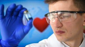 Ο επιστήμονας μελετά το δείγμα απόθεμα βίντεο