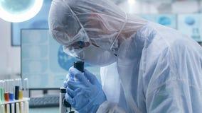 Ο επιστήμονας στη φόρμα παρουσιάζει ένα δείγμα απόθεμα βίντεο