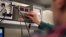 Ο επιστήμονας χρησιμοποιεί μια μετρώντας συσκευή Ο επιστήμονας κάνει μια μέτρηση σε μια ειδική συσκευή φιλμ μικρού μήκους