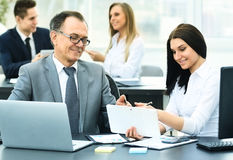 Ο επιτυχής επιχειρηματίας και ο βοηθός του συζητούν το σχέδιο εργασίας Στοκ Εικόνα