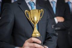 Ο επιτυχής επιχειρηματίας τιμήθηκε με το τρόπαιο για τις άριστες δεξιότητες στοκ φωτογραφία με δικαίωμα ελεύθερης χρήσης