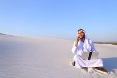 Ο επιτυχής μουσουλμανικός αρσενικός αρχιτέκτονας επικοινωνεί στο τηλέφωνο με το clie Στοκ Φωτογραφία