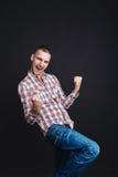 Ο επιτυχής νεαρός άνδρας είναι της ευτυχίας Στοκ φωτογραφία με δικαίωμα ελεύθερης χρήσης
