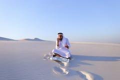 Ο επιτυχής sheikh επιχειρηματίας επικοινωνεί στο smartphone με το Bu Στοκ φωτογραφία με δικαίωμα ελεύθερης χρήσης
