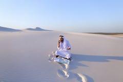 Ο επιτυχής sheikh επιχειρηματίας επικοινωνεί στο smartphone με το Bu Στοκ Φωτογραφία