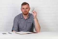 Ο επιχειρηματίας έχει μια ιδέα Σκέφτεται για την επιχείρηση, την επιτυχία και την πρόοδο της επιχείρησης Στο γραφείο σε ένα άσπρο στοκ εικόνες με δικαίωμα ελεύθερης χρήσης