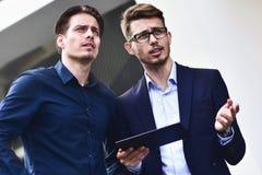 Ο επιχειρηματίας έχει μια συνομιλία στην οδό στοκ εικόνες