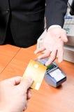 Ο επιχειρηματίας δίνει στην πιστωτική κάρτα για την αμοιβή κάτι στοκ εικόνες με δικαίωμα ελεύθερης χρήσης