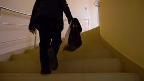 Ο επιχειρηματίας αγοριών παιδιών με το χαρτοφύλακα πηγαίνει επάνω στο γραφείο, πίσω άποψη απόθεμα βίντεο