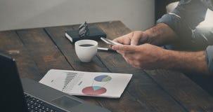 Ο επιχειρηματίας αναλύει στενό τον επάνω εκθέσεων πωλήσεων Στοκ εικόνες με δικαίωμα ελεύθερης χρήσης