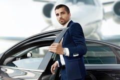 Ο επιχειρηματίας ανοίγει την πόρτα αυτοκινήτων Στοκ Εικόνα