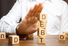 Ο επιχειρηματίας αρνείται να πάρει ένα δάνειο Άρνηση των δανείων με τα υψηλά επιτόκια Ανικανότητα να πληρωθεί το χρέος Ασύμφοροι  στοκ εικόνα με δικαίωμα ελεύθερης χρήσης