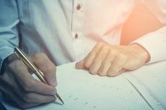 Ο επιχειρηματίας ατόμων υπογράφει τα έγγραφα Στοκ Εικόνες