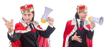 Ο επιχειρηματίας βασιλιάδων με το μεγάφωνο που απομονώνεται στο λευκό Στοκ Φωτογραφία