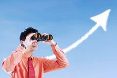 Ο επιχειρηματίας βλέπει το βέλος επιτυχίας υπογράφει τη χρησιμοποίηση διοφθαλμική Στοκ εικόνες με δικαίωμα ελεύθερης χρήσης