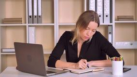 Ο επιχειρηματίας γράφει στο σημειωματάριο απόθεμα βίντεο