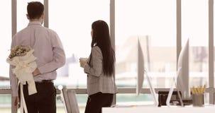 Ο επιχειρηματίας δίνει την ανθοδέσμη στη επιχειρηματία απόθεμα βίντεο