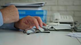 Ο επιχειρηματίας δίνει την εικόνα στο παιχνίδι γραφείων ανήσυχο με eyeglasses στον πίνακα φιλμ μικρού μήκους