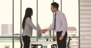 Ο επιχειρηματίας δίνει τον αντίχειρα επάνω για τη επιχειρηματία απόθεμα βίντεο