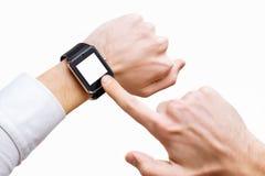 Ο επιχειρηματίας δείχνει στο έξυπνο χέρι με το έξυπνο ρολόι που απομονώνεται Στοκ Φωτογραφίες
