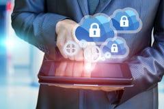 Ο επιχειρηματίας διαμορφώνει την προστασία του υπολογισμού σύννεφων Στοκ φωτογραφία με δικαίωμα ελεύθερης χρήσης