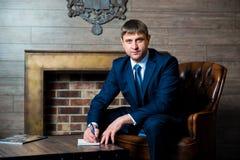 Ο επιχειρηματίας, ο δικηγόρος, ένα άτομο στο επιχειρησιακό κοστούμι και ο δεσμός κάθονται στο τραπεζάκι σαλονιού στην αρχή και δη στοκ φωτογραφίες