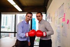 Ο επιχειρηματίας δύο με τα εγκιβωτίζοντας γάντια παραδίδει επάνω το γραφείο στοκ εικόνα με δικαίωμα ελεύθερης χρήσης