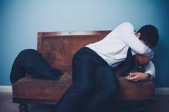 Ο επιχειρηματίας είναι εξαντλημένος μετά από τη μακριά ημέρα στην εργασία Στοκ Εικόνα