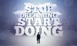 Ο επιχειρηματίας είναι φοβισμένος και χρειάζεται το κίνητρο Στοκ εικόνα με δικαίωμα ελεύθερης χρήσης