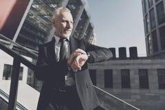 ο επιχειρηματίας ελέγχει το χρόνο Στοκ φωτογραφίες με δικαίωμα ελεύθερης χρήσης