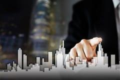 Ο επιχειρηματίας ενεργοποιεί τη διαδικασία αύξησης, επιλέγοντας το σπίτι, έννοια πόλεων ακίνητων περιουσιών Συμπίεση χεριών οριζό Στοκ Φωτογραφίες