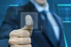 Ο επιχειρηματίας ενεργοποιεί το δακτυλικό αποτύπωμα εισαγωγής Στοκ φωτογραφία με δικαίωμα ελεύθερης χρήσης